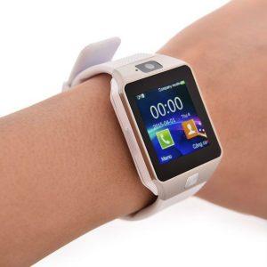 Смарт-часы на руке.