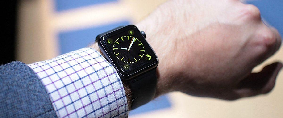 Смарт часы на руке.