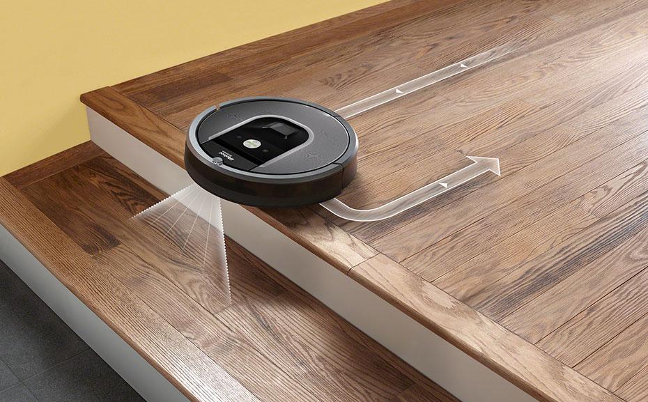 Робот-пылесос на ступеньках.