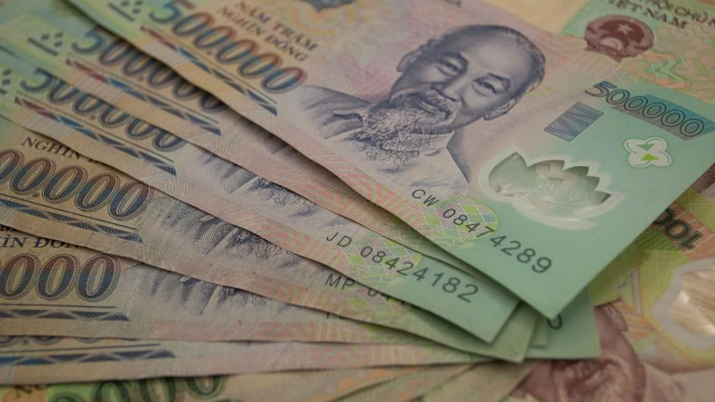 Пластиковые купюры: почему во Вьетнаме отказались от бумажных денег?