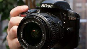 Фотоаппарат в руке.