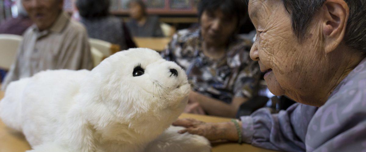 Робот-тюлень в доме престарелых.