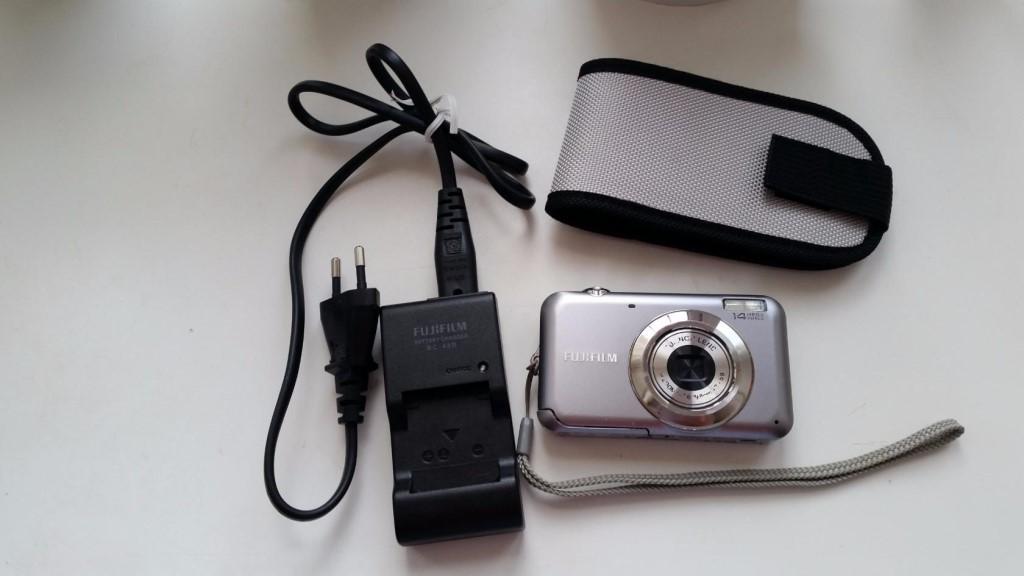 Фотоаппарат и устройство для зарядки.