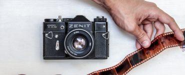 Плёночный фотоаппарат и плёнка.