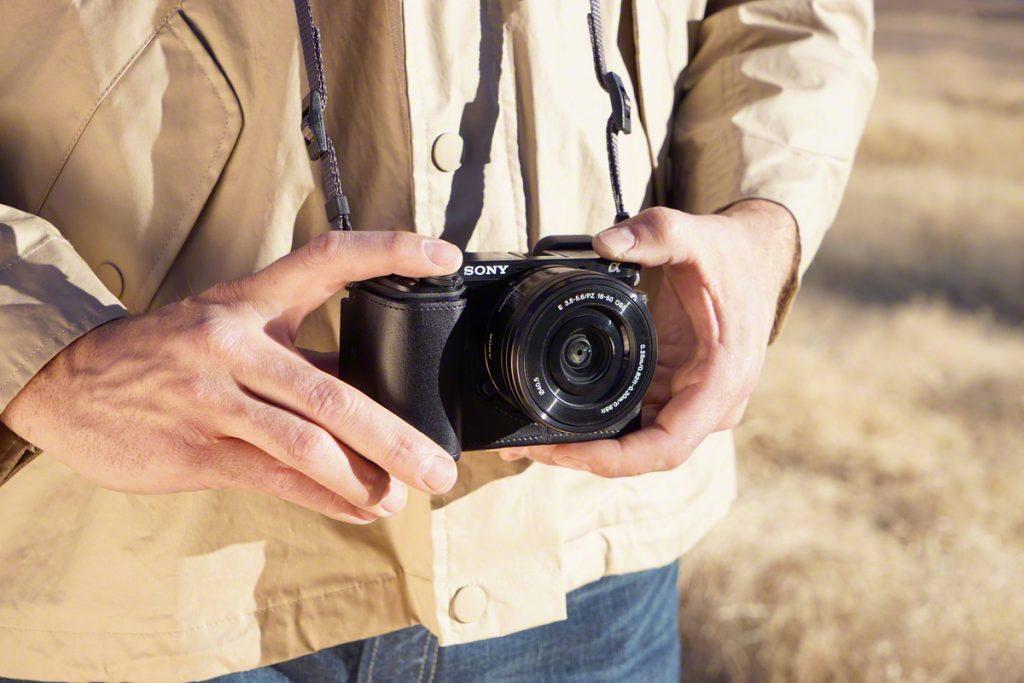 Фотоаппарат в руках.