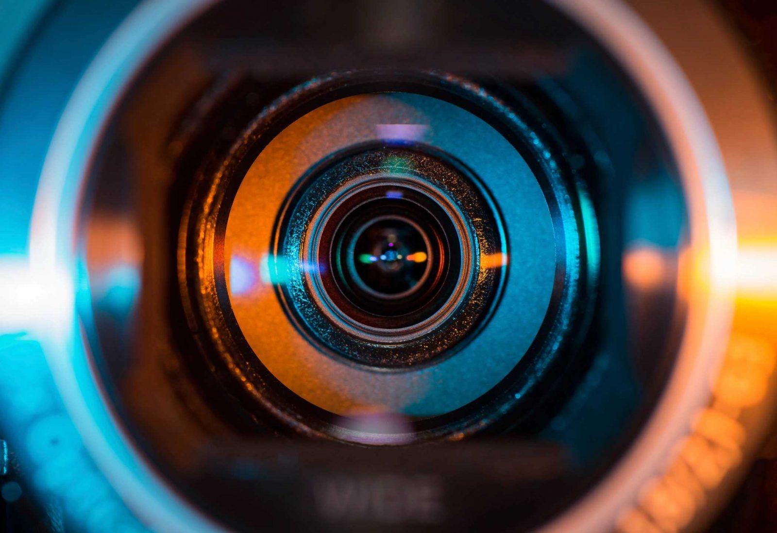 дороге объектив фотоаппарата с цветным стеклом этом