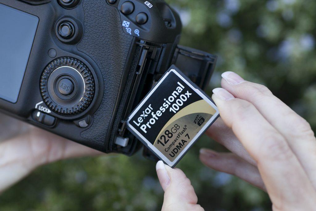 Установка карты памяти в фотоаппарат.