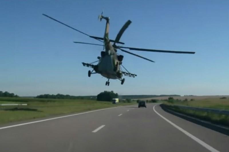 Вертолёт над дорогой.