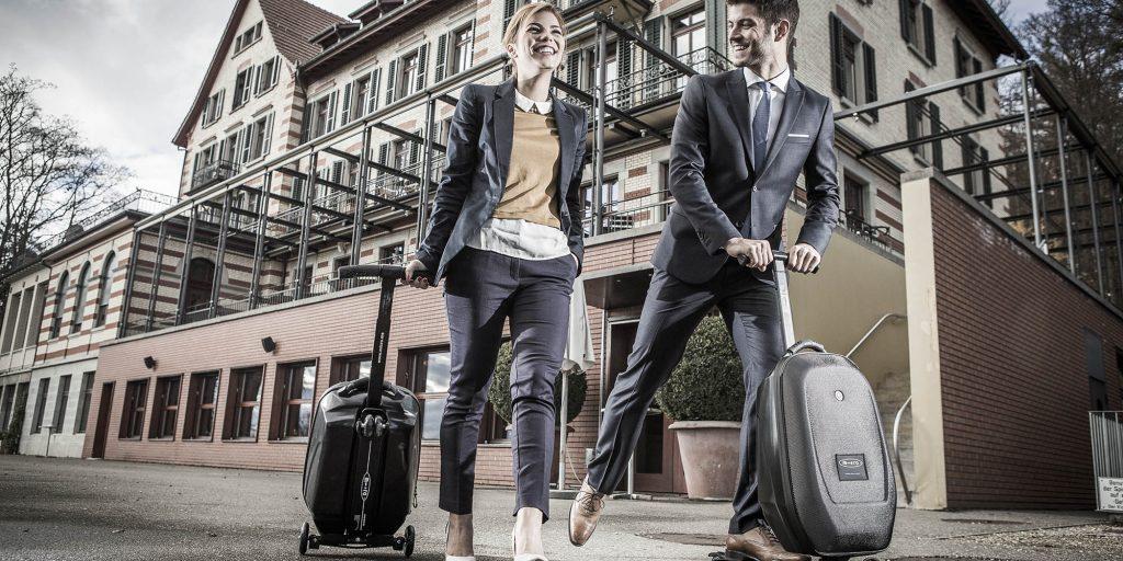 Мини-чемодан и самокат.