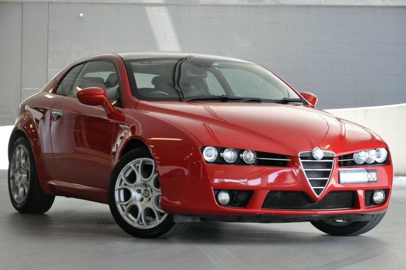 красная Alfa Romeo Brera