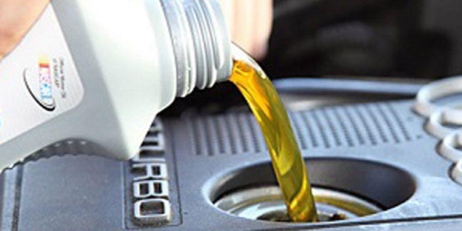 Процесс заправки двигателя маслом