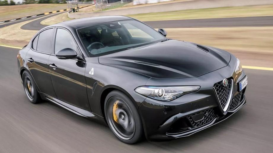 черная Alfa Romeo Giulia