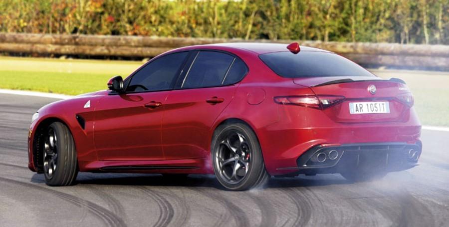 красная Alfa Romeo Giulia