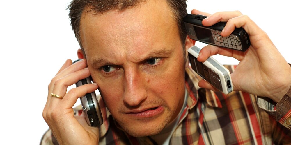 Мужчина звонит по телефону.