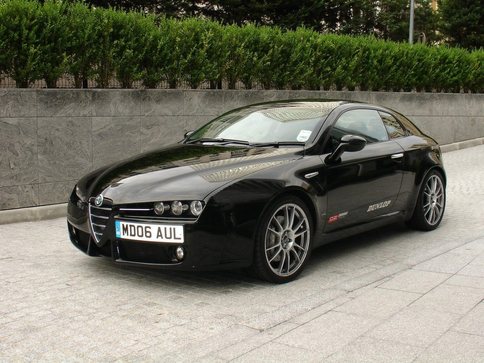 черная Alfa Romeo Brera