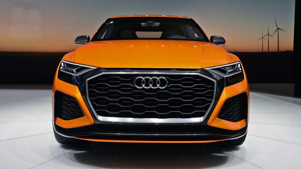 Audi Q8 впереди.