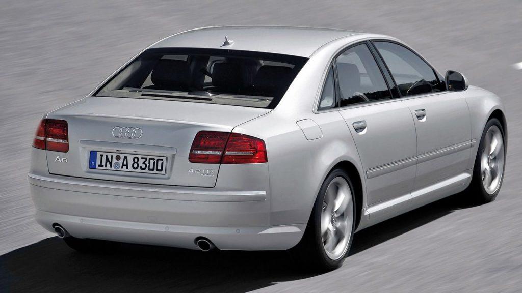 Audi A8 D3 вид сзади.