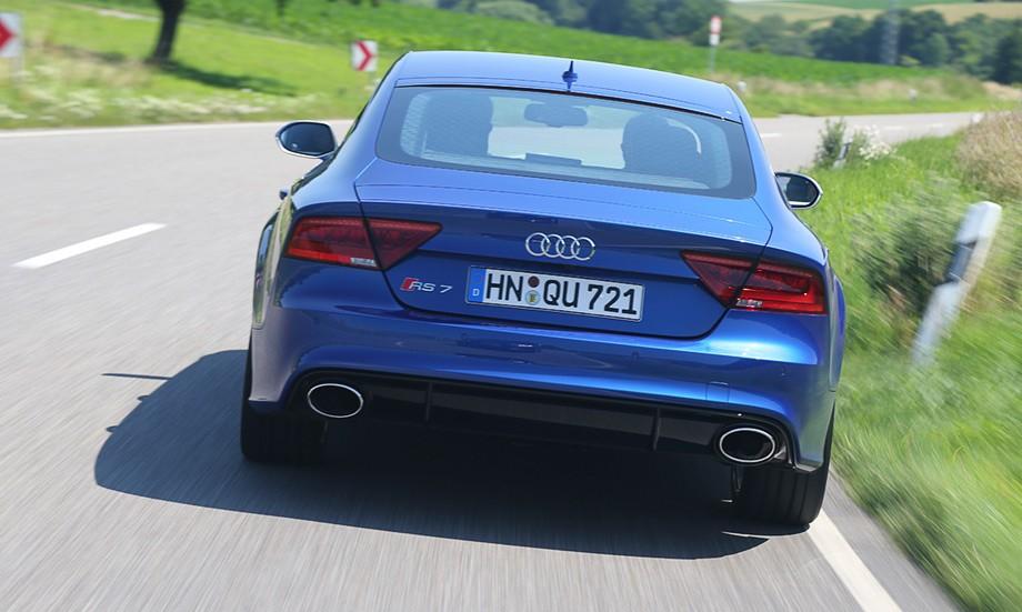 Audi RS 7 вид сзади.