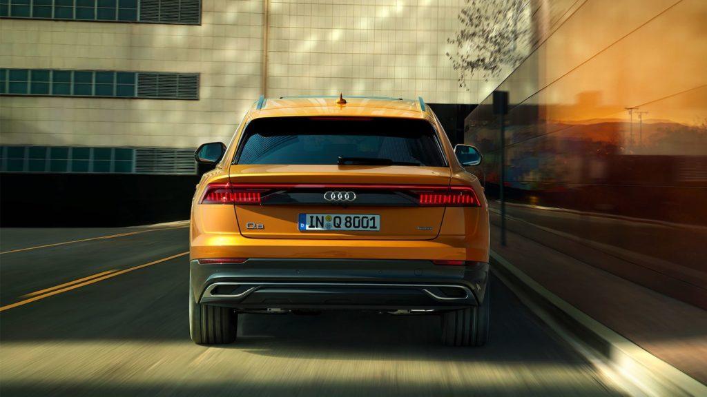 Audi Q8 вид сзади.