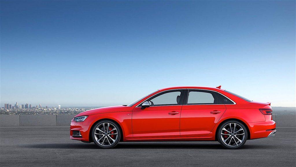 Audi S4 сбоку.