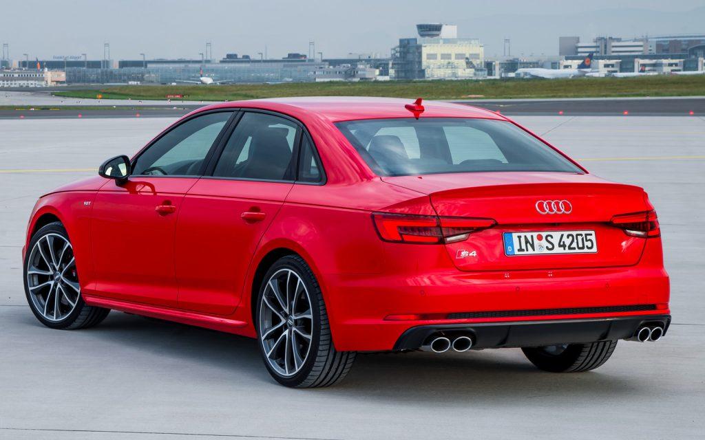 Audi S4 вид сзади.