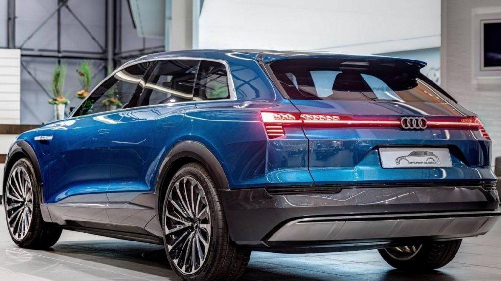 Audi E-Tron сзади.