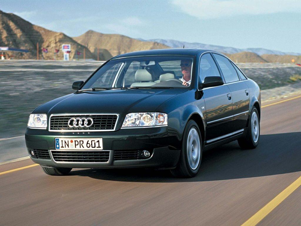 Audi А6 С5 в движении.