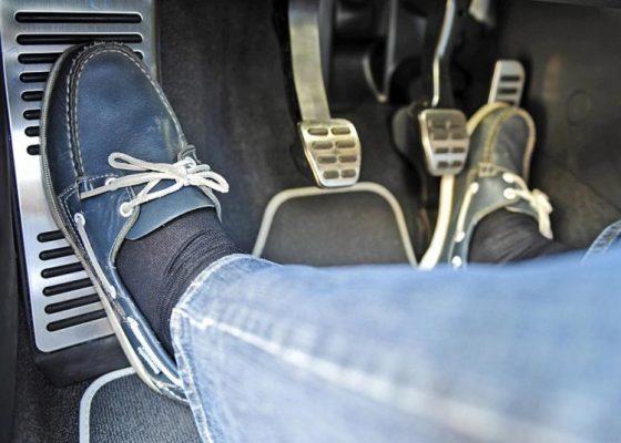 Как правильно тормозить на механике: с выжатым сцеплением или нет?