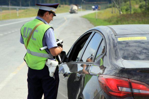 Зачем приклеивают красную полосу на номерном знаке авто