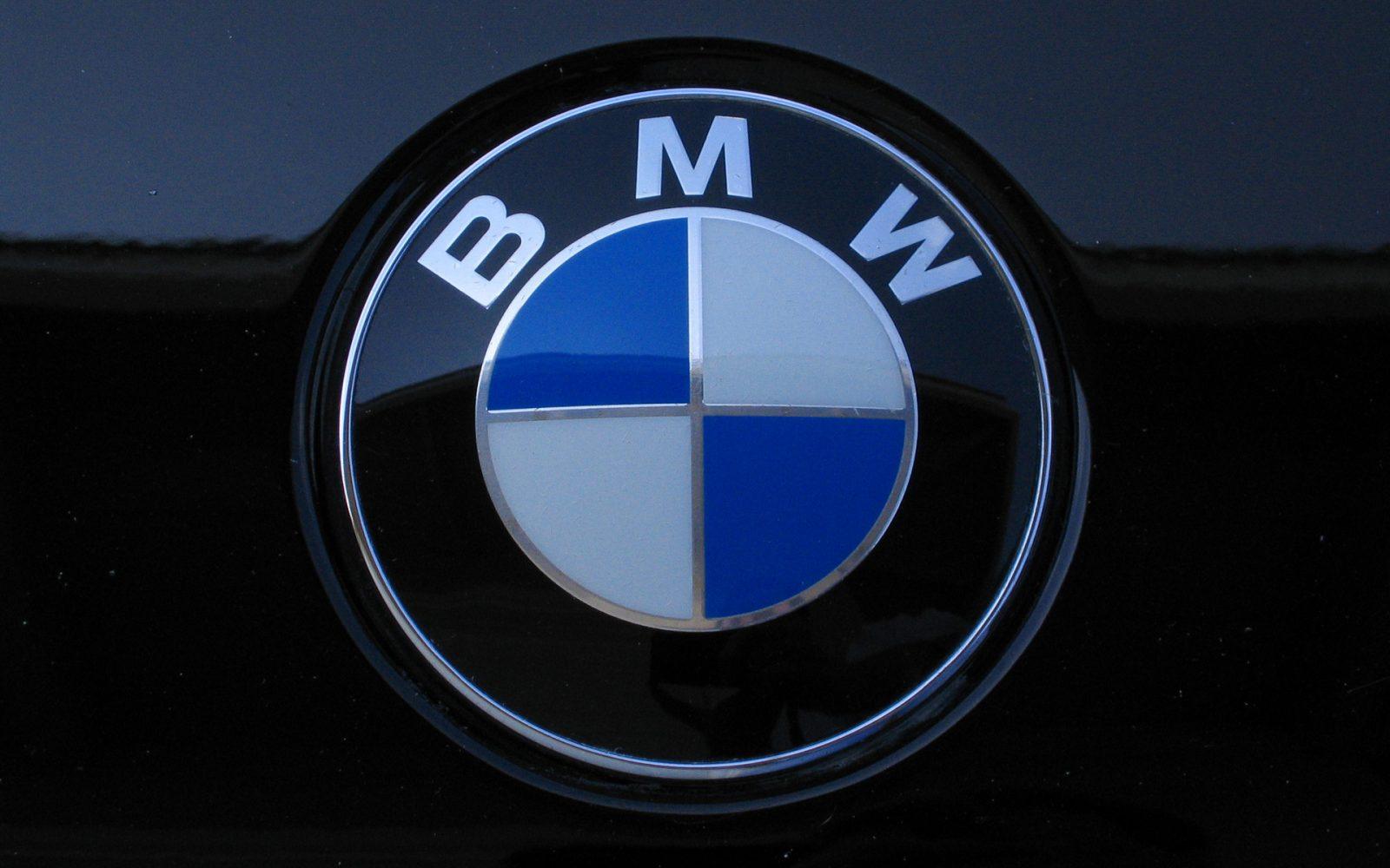 Значок BMW.