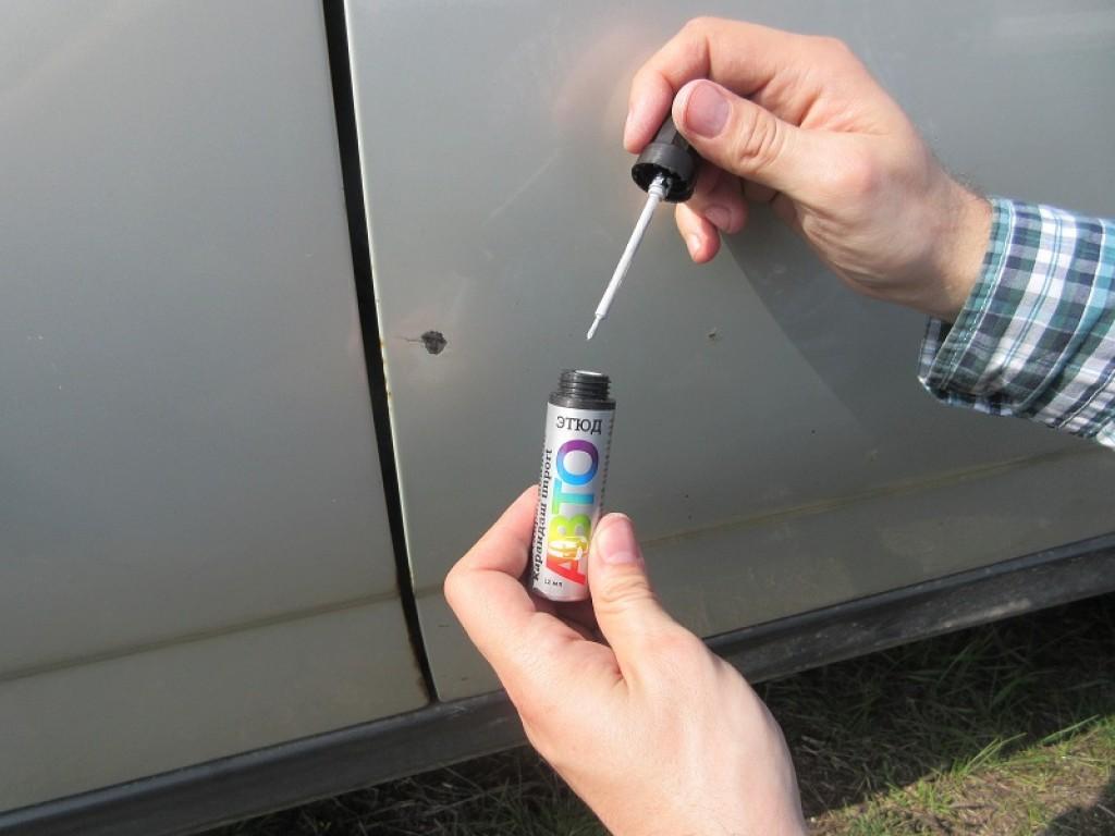 Подкрашивающий карандаш для удаления царапин с кузова.