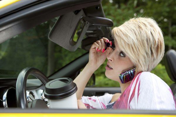 10 вещей, которые ни в коем случае нельзя делать за рулём
