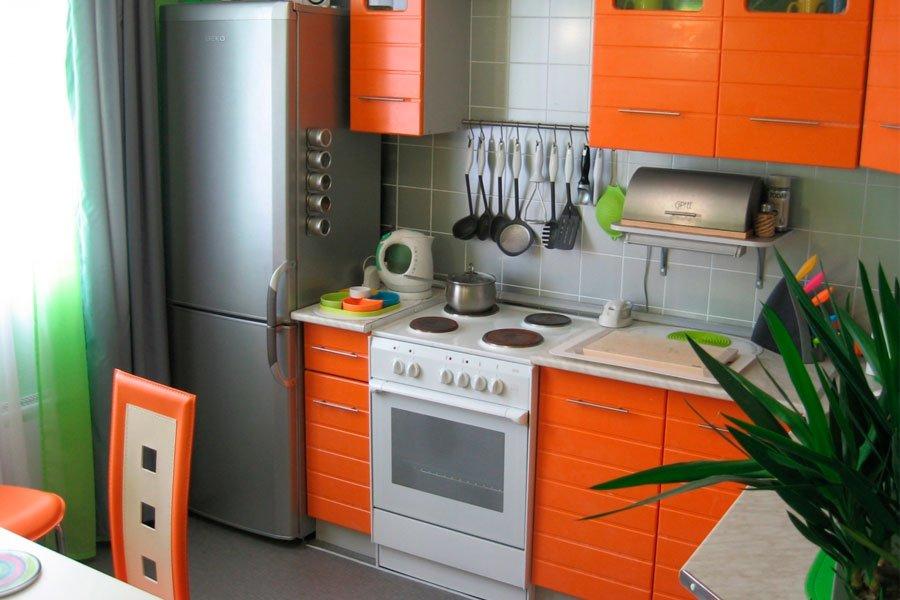 Обычный холодильник на маленькой кухне