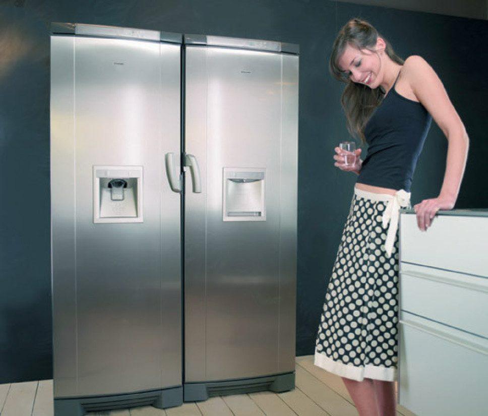 Двухведерный холодильник на кухне