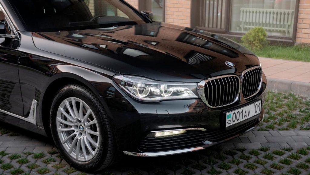 BMW 740i вид спереди.