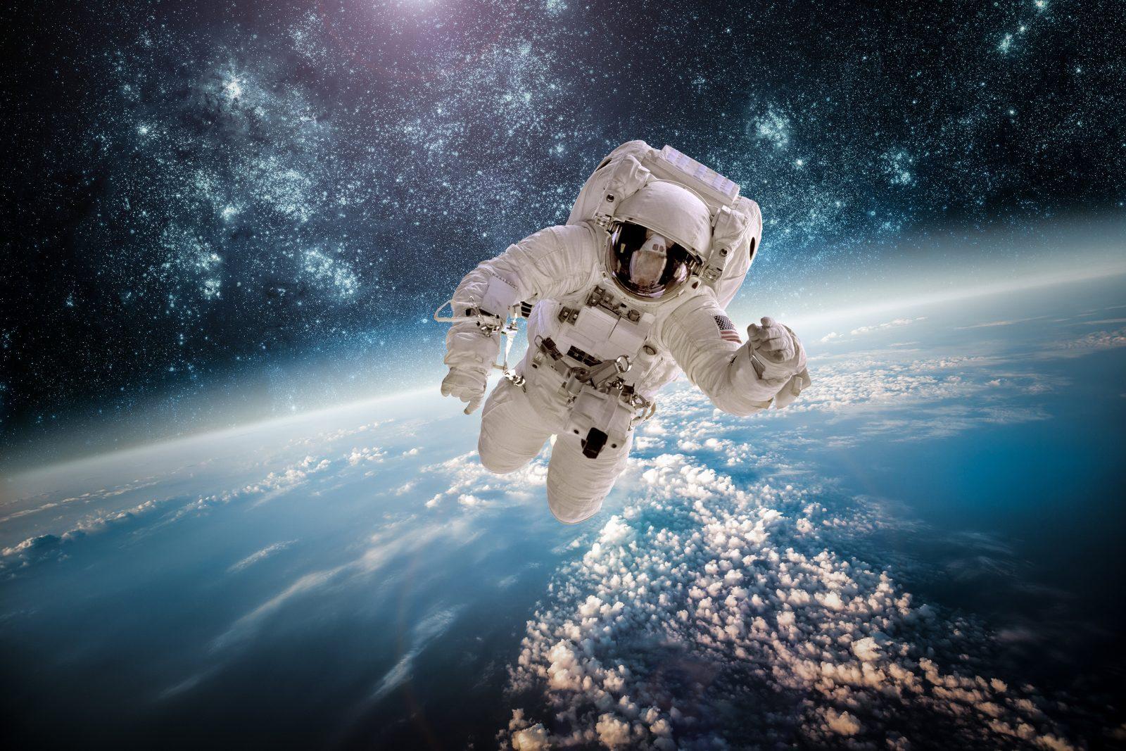 космонавт над землёй