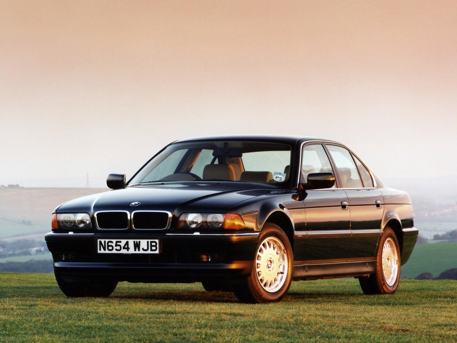 BMW 728i вид спереди.