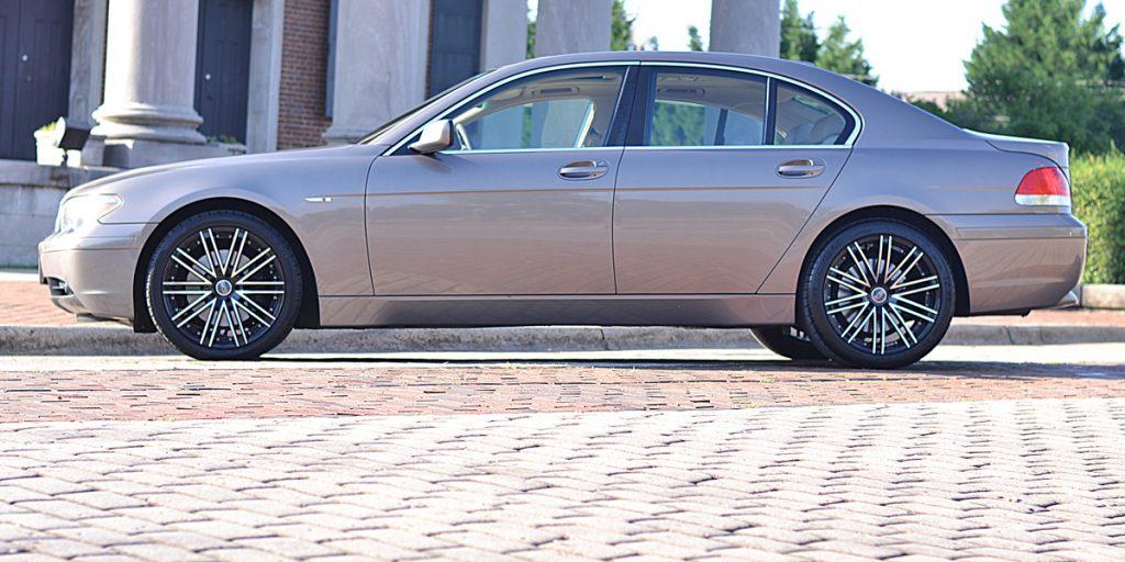 BMW 745i боком.