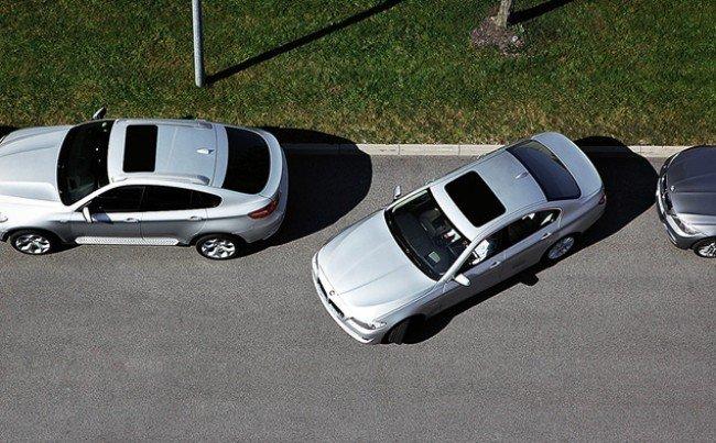 BMW M5 F10 на парковке.