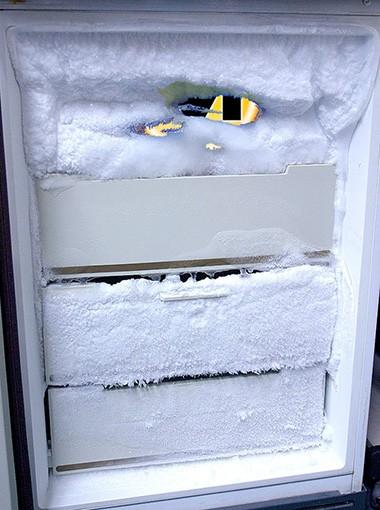 Можно ли размораживать холодильник феном или другими экстренными способами?