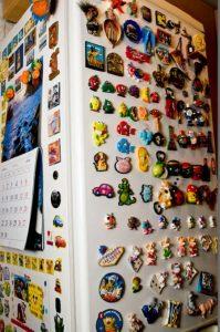 Много магнитов на холодильнике
