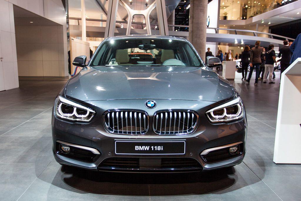 BMW 118i вид спереди.