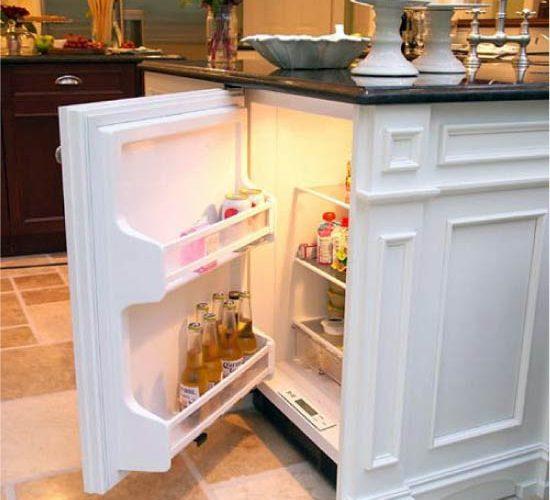 Холодильник под столешницей.