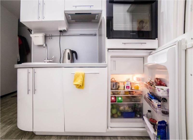 Встраиваемый холодильник на кухне.