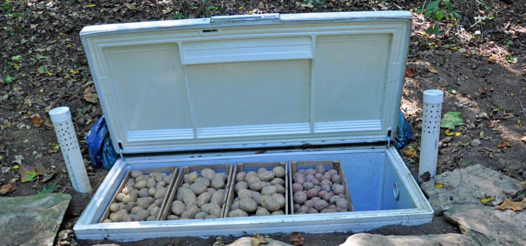 Старый холодильник.