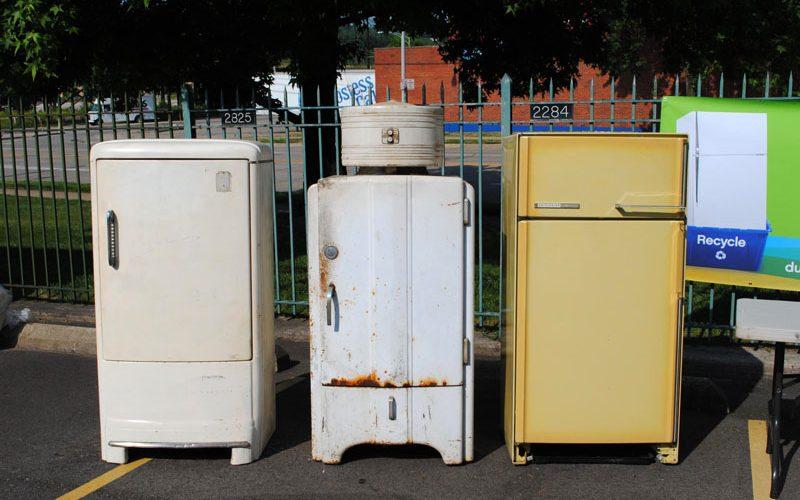 Несколько старых холодильников.