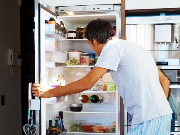 Открытая дверца холодильника.
