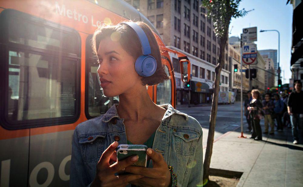 Прослушивание музыки на улице.