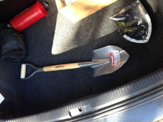 саперная лопатка в машине
