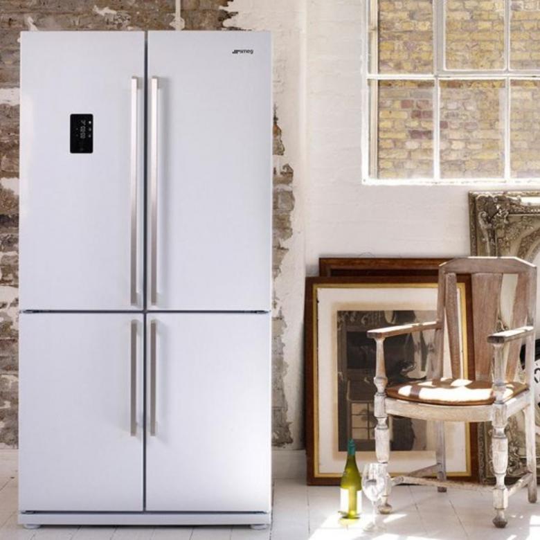 Двухдверный холодильник в интерьере.